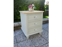 BEAUTIFUL REFURBISHED SOLID PINE SMALL CHEST OF DRAWERS / LARGE BEDSIDE CABINET