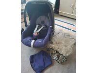 MAXI COSI PEBBLE CARSEAT IN BLUE WITH RAINCOVER AND SPARE BLACK SEAT COVER