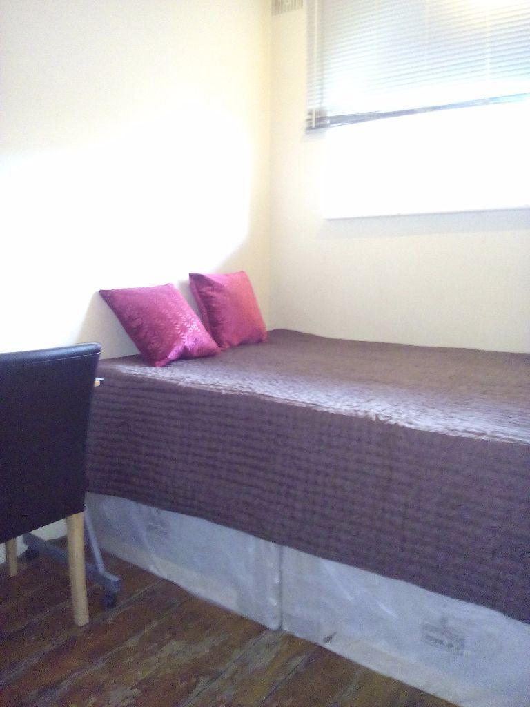 A Lovely Double room in Shepherds Bush zone 2