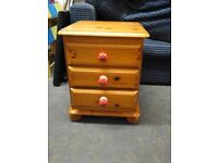solid pine chest of 3 draws (Red nobs)
