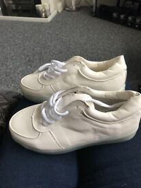 White trainers that flash size 3/4