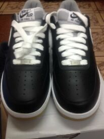 TRAINERS SIZE 7.5 BRAND NEW AND BOXED (BLACK & WHITE)