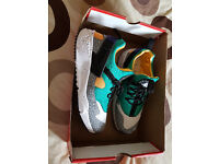 NIKE AIR HUARACHE TRAINERS SIZE 6 IN NEARLY NEW CONDITION