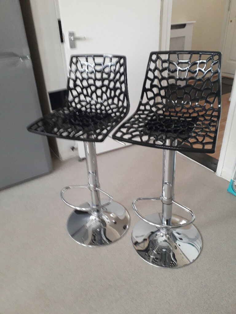 2 BREAKFAST BAR STOOLS