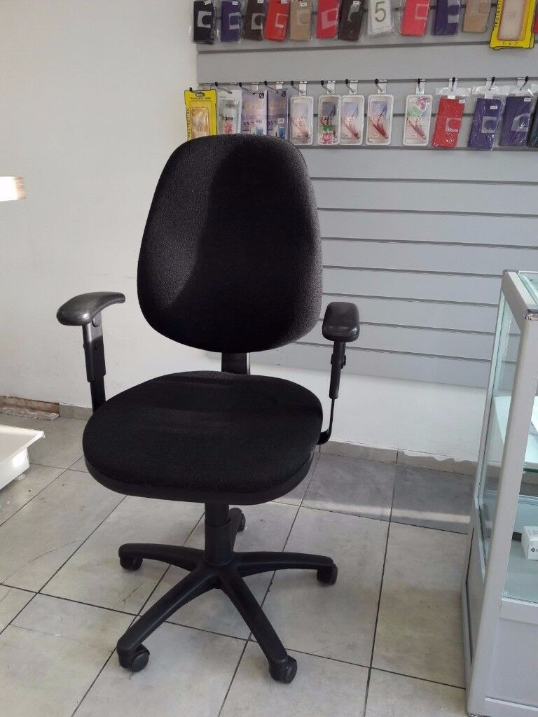 EXCELLENT NEW condition office/ retail revolving chair