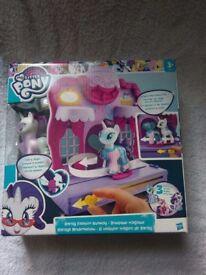 *New* MY LITTLE PONY B8811 Friendship is Magic Rarity Fashion Runway Playset.