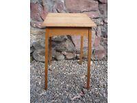 Delicate side table (oak)