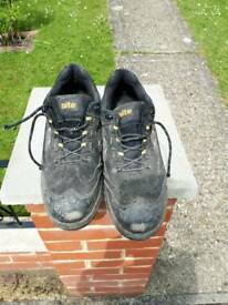 Site size 10 toe-tector trainers