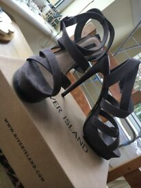 FOREVER 21 GREY HEELS SIZE 6