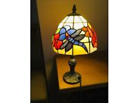 **TIFFANY DRAGONFLY STYLE TABLE / DESK / BEDSIDE LAMP ANTIQUE HANDCRAFTED ART STAINED GLASS**