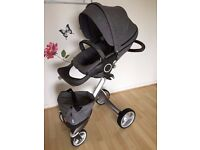 Stokke Xplory V4 with lockable front wheels, cup holder attachment, shopping bag & rain canopy