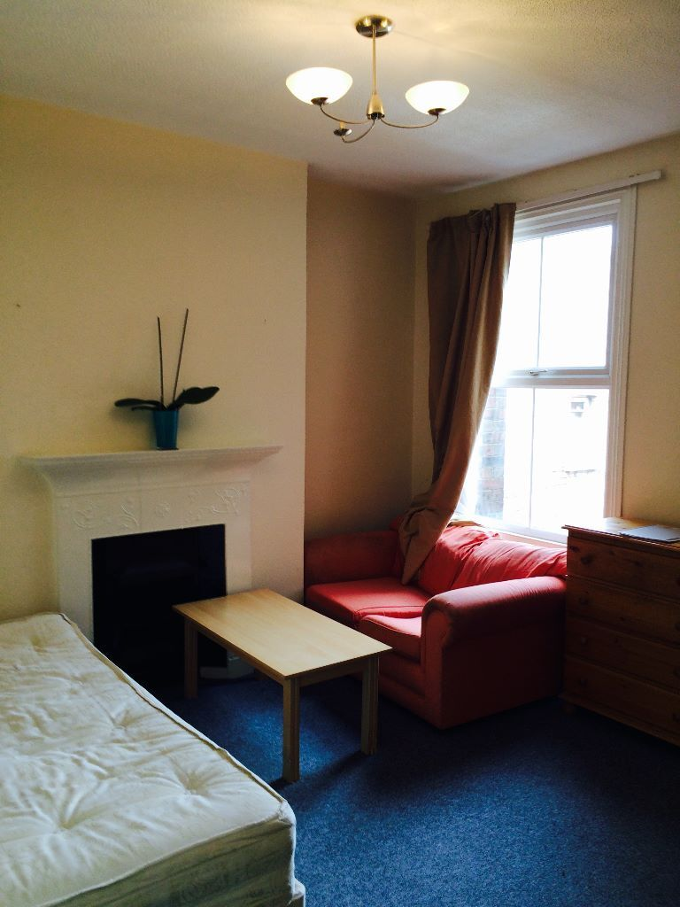 Huge double room located in Acton High Street! ALL BILLS INCLUDED !!!