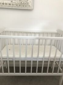 Wooden white crib, ideal for new born baby' s. Height adjustable. Including a mattress.