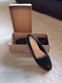 Ladies black shoes size 6.5