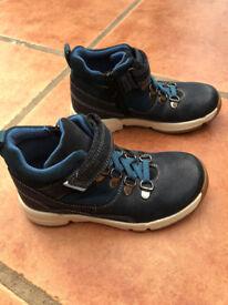 UNWORN Clarks Trigenic Kids Leather Boots in Navy, Size 10F