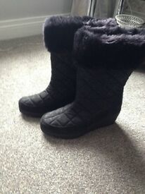 Mantaray Black Quilted Boots with fur - size 6