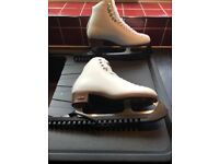 RIEDELL RED RIBBON LADIES ICE SKATES - Size 6