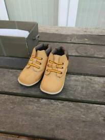 Boys 2.5uk Timberland boots
