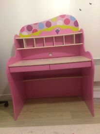 Pink desk with shelfes for girls, in good confition