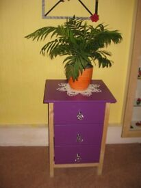BEAUTIFUL CHEST OF DRAWER/ Bedside table! SIZE: H-61.5cm, D-37.5cm, W-43.5cm. Fishponds. BS16.