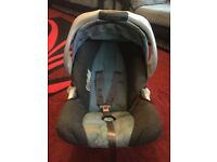 GRACO BABY CAR SEAT & BASE £20. One push clip to easily clip in and remove baby from 0-2 years