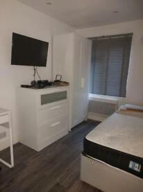 2 bedrooms in Croydon Road, London