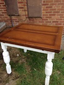 Extendable dining table (seats 4-6)