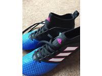 Adidas boys football boots size 5. (38)