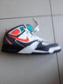NIKE AIR TRAINERS SIZE 8 VERY NEARLY NEW