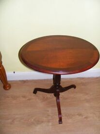 LOCAL DELIVERY - WOOD OVAL OCCASIONAL TABLE IN VERY GOOD CONDITION