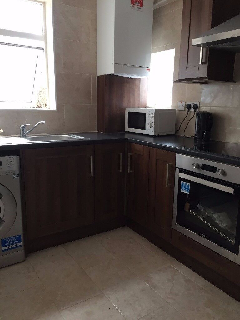【】Newly decorated 3 bedroom house around SILVER STREET / EDMONTON GREEN zone 3【】