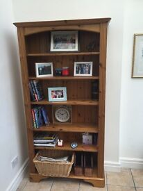 Wooden bookcase (5 adjustable shelves)