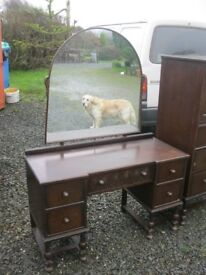 VINTAGE ORNATE OAK DRESSING TABLE WITH MATCHING SHAPED DETACHABLE MIRROR. VIEWING/DELIVERY POSSIBLE