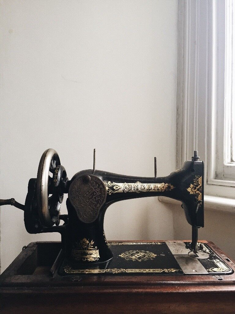 1906 Singer Sewing Machine Model 28K Fully Functioning with Wooden Storage Case.