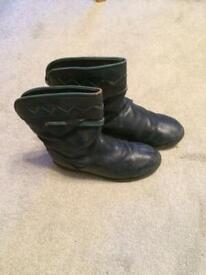 Child's boots Size 13 (32) Navy blue leather Interior warm lining. Good condition