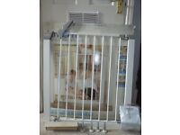 Lindam pressure fit safety gate / stair gate. In original box with all fittings.