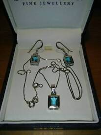 NEW LADIES SILVER PENDANT AND EARRINGS SET