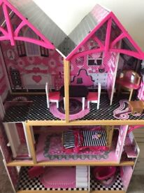 Beautiful little Girls Doll house, no damage (Furniture included)