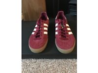 Adidas trainer in dark red and navy