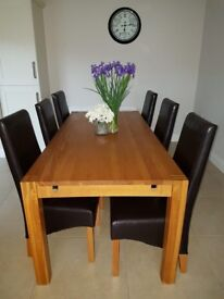 BEAUTIFUL SOLID OAK DINING ROOM TABLE AND 6 LEATHER CHAIRS