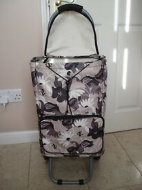 LIGHTWEIGHT GENEROUS CAPACITY FOLDS FLAT SHOPPING TROLLEY TWO ZIPPED COMPARTMENTS REMOVABLE SHOP BAG