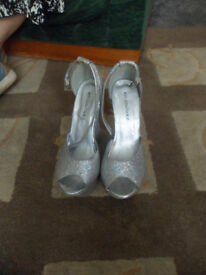 For Sale - Koi Couture Size 3 Ladies Platform New