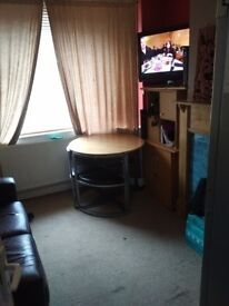 2 X LARGE DOUBLE ROOMS - HOMELY SHARED HOUSE - WORKING HOUSEHOLD - CABLE TV/BROADBAND/CCTV/PARKING