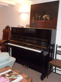 Piano Yamaha/Pearl River. Beautiful sound. Entry level to advanced. Barely used