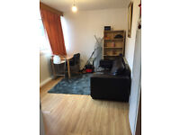 Double / Twin room in a house, 10min walk to Southfield Station *** NO EXTRA ***