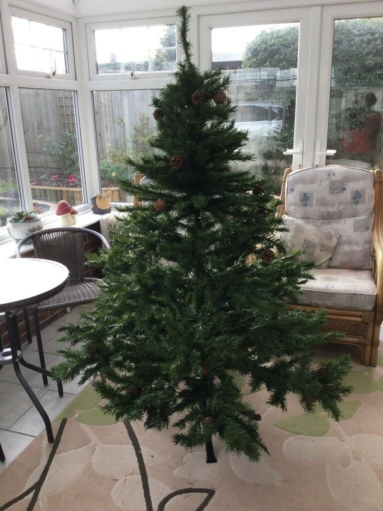a0f17ad2989b9 6ft artificial Christmas tree