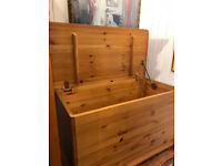 Pine Blanket/Storage Box on Bun Feet , in good condition. Size L 29.5in D 16in H 19in