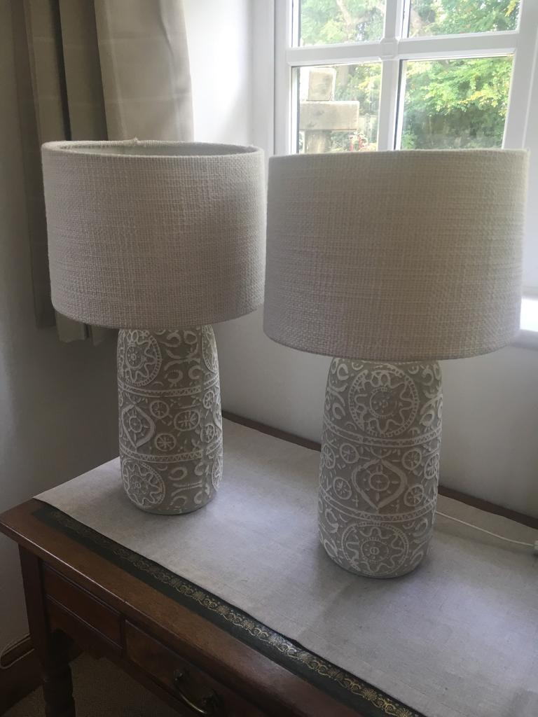 Pair of neutral detailed lamps