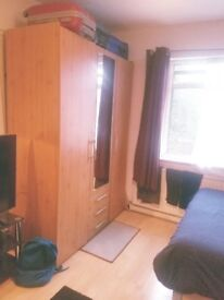 Large light Double Room in East Acton close to tube and amenities