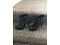 Short ankle heel boots